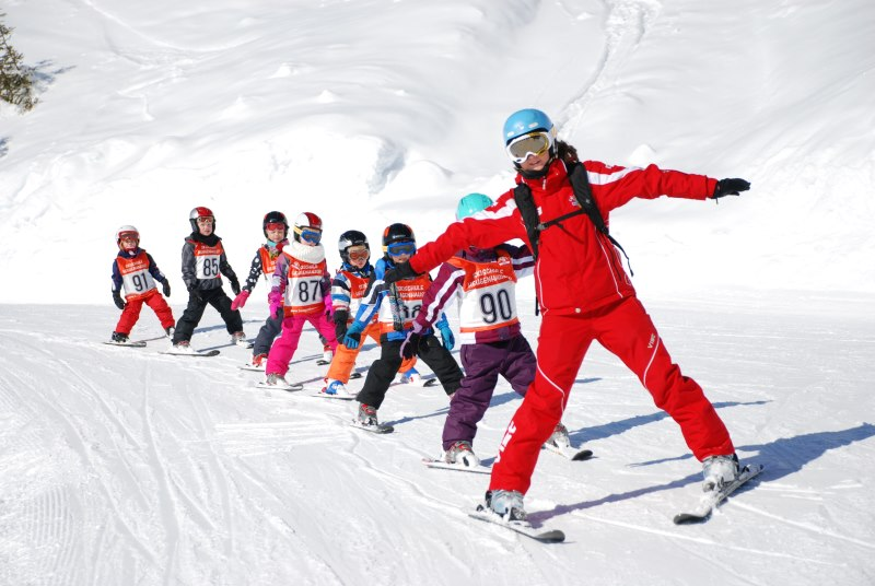 Todo para Centros Escolares y Campamentos. Viajes de esquí con Natural School, si quieres practicar el deporte de invierno más reclamado ahora puedes venirte a esquiar con nosotros, disponemos de un centro propio a 15 minutos de las pistas de Astún y Candanchú.