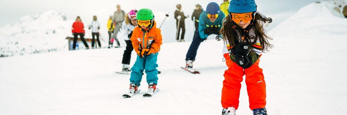 niños esquiando en la nieve